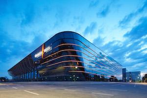 Mit LED-Beleuchtung ist die neue Halle 3A der NuernbergMesse auch nachts ein Hingucker.